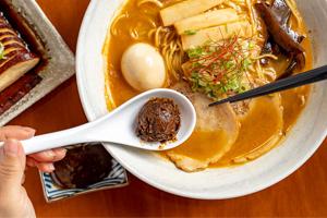 【台中·西屯區】麵屋虎徹|費時費工豚骨熬湯,獨家秘方比例調和,濃郁卻不膩的美味湯頭!